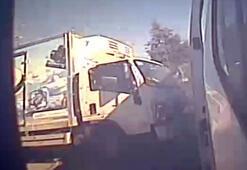 Minibüsle kamyonun çarpıştığı korku dolu kaza anı 4 farklı kameraya böyle yansıdı