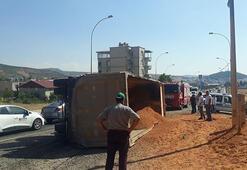 Feci olay Mıcır yüklü kamyon yayaların üzerine devrildi