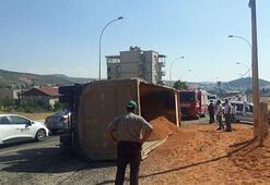 Kahramanmaraşta mıcır yüklü kamyon yayaların üzerine devrildi