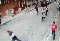 Oğlunun bıçaklı saldırıya uğradığını gören anne eline aldığı silahla ateş etti