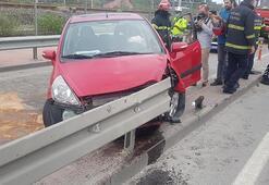 Otomobil demir bariyerlere girdi Sürücü, eşi ve kızı yaralandı