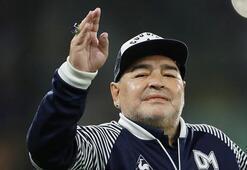 Diego Maradona, sahaya polis aracıya birlikte girdi