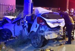Bursada feci kaza Otomobil elektrik direğine çarptı
