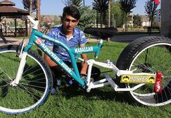 Bisikletine otomobil lastiği taktı Görenler bir daha bakıyor