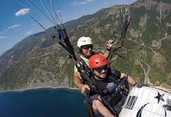 Yamaç paraşütüyle uçarken davul çaldı.