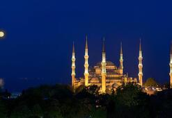 İstanbulda 21 cami, Ayasofya Camisi açılışına gelenler için sabaha kadar açık olacak