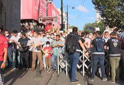 Polis bariyerini aşan kalabalık Ayasofya Camiine doğru koştu