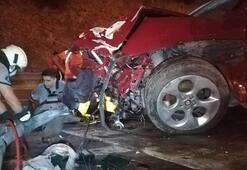 İzmirde feci kaza Otomobil bariyere ok gibi saplandı