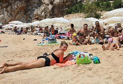 Tatilciler plaja akın etti, kilometrelerce araç kuyruğu oluştu