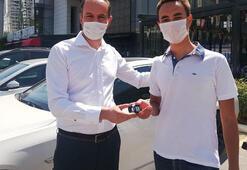Sözünü tuttu, Türkiye birincisi öğrencisine aracını hediye etti