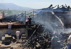Denizlide çıkan yangında bir ev ve depo hasar gördü