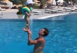Jan Vesely ve çocuğunun havuz keyfi...