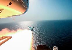 Son dakika... Maket uçak gemisi füzeyle vuruldu Dünya şaşkınlıkla izliyor
