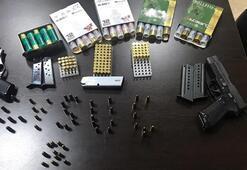 Yatak odasından çok sayıda ruhsatsız tabanca ve mermi çıktı