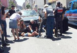Yolun karşısına geçmeye çalışan anne kıza otomobil çarptı