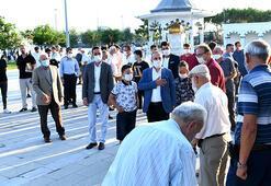 AK Parti Grup Başkanvekili Bülent Turan, bayram namazını Lapsekide kıldı