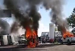 Göstericiler araçları ateşe verdi