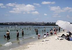 Bayram tatilini fırsat bilenler, ilk günü plajda eğlenerek  geçiriyor
