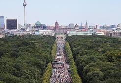 Almanyada binlerce insan maske ve sosyal mesafeye karşı gösteri yaptı