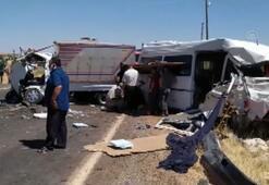 Şanlıurfada minibüsle kamyonet çarpıştı: 15 yaralı