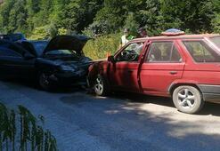 Düzce'de feci kaza Otomobiller kafa kafaya çarpıştı