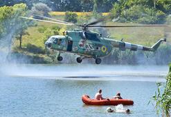 Askeri helikopter tatilcilerin arasında tatbikat yaptı