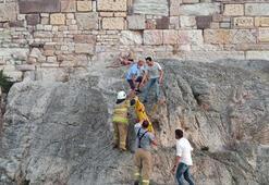 Foça Kalesinden düştü İtfaiye ve polis ekipleri kurtardı