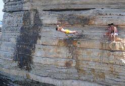 Gençlerin kayalıklarda tehlikeli eğlencesi yürekleri ağza getirdi