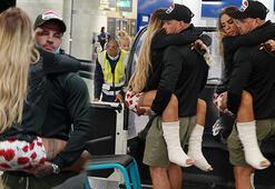 Tatilde iki bacağını da kıran Katie Price ülkesine döndü