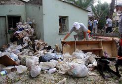 Sahibinin yaşamını yitirdiği evden 3 kamyon çöp çıkarıldı