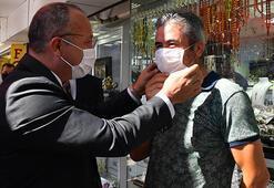 Denizlisi Valisi Atik, maskesi olmayanlara elleriyle maske takıp, uyardı