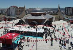 Ay yıldız mimarili cami ibadete açıldı