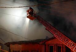 Kütahyada yangın Ahşap bina küle döndü