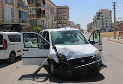Adıyamanda ekip otosu, park halindeki araca çarptı: 2 polis yaralı