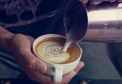 Kahve içerisindeki krema ve şuruba dikkat