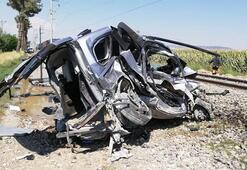Yük treni çarptı araç hurdaya döndü Feci kaza
