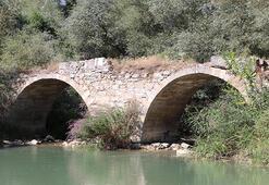 Denizlide defineciler tarihi köprüye zara verdi