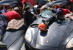 Son dakika: Anadolu Otoyolunda feci kaza Milyonluk lüks araçta sıkıştı...
