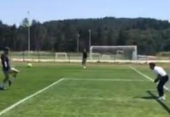 Melih Mahmutoğlu ve Jan Vesely futbol oynuyor...