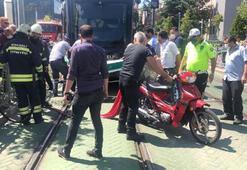 Tramvayın altında kalan motosikletli yaralandı