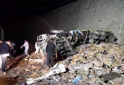 Gece yarısı feci kaza Dinamit yüklü kamyon devrildi