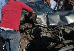 Hurdaya dönen otomobilde sıkışan 2 kişiyi itfaiye kurtardı