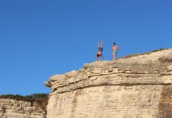 Metrelerce yükseklikteki kayalardan denize tehlikeli atlayış