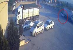 Otomobilin kamyona çarptığı an kameralara yansıdı