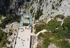 Yerden 450 metre yüksekteki cam teras nefes kesiyor