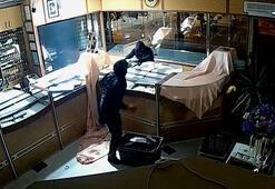 Kuyumcudan 3 dakikada 10 kilo altını çalan hırsızlar kamerada