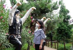9 yaşındaki Berrin, tedbirlere dikkat çekmek için heykellere maske takıyor