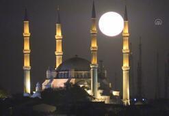 Minareler arasında dolunay