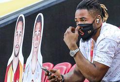 Galatasarayda Luyindama maça geç kaldı, sosyal medya sallandı