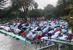 Ayasofya Camiinde yağmura rağmen Cuma Namazı yoğunluğu